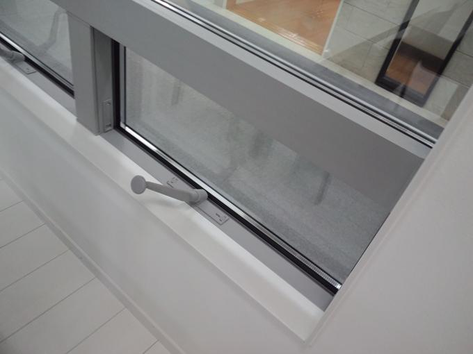 オペレーターハンドルによる開閉の窓