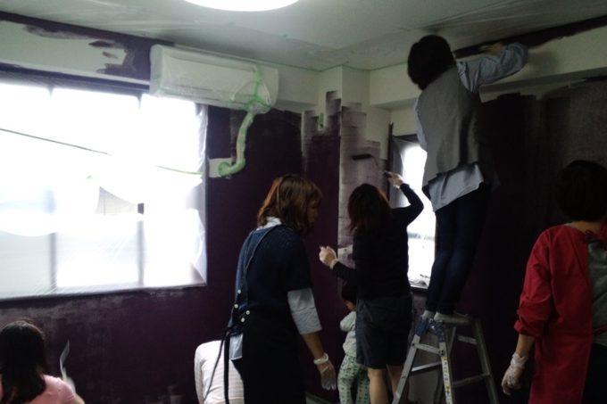 手分けをして全体に壁を塗っていきます