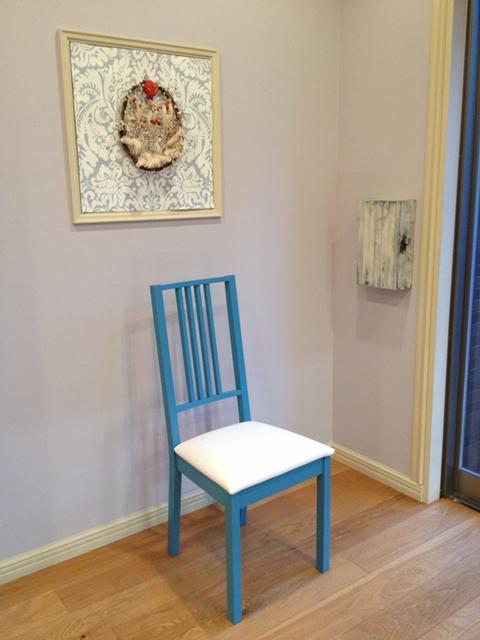 ブルーにペイントした椅子