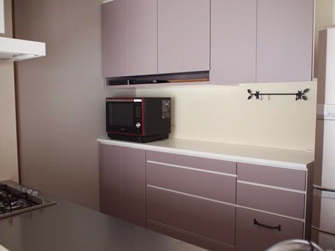 霞色の扉面材のキッチン背面収納