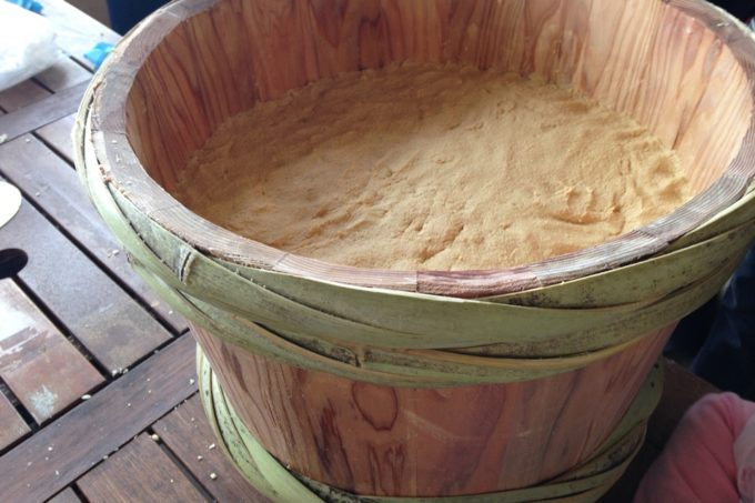 灘でつくる樽で味噌づくり
