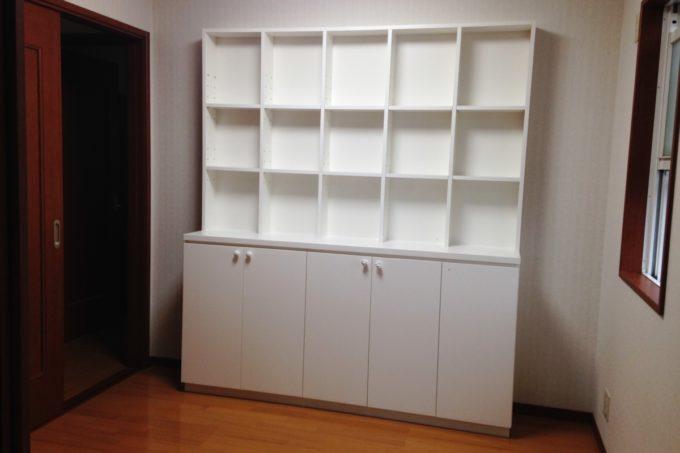 飾る部分と隠す部分がある本棚