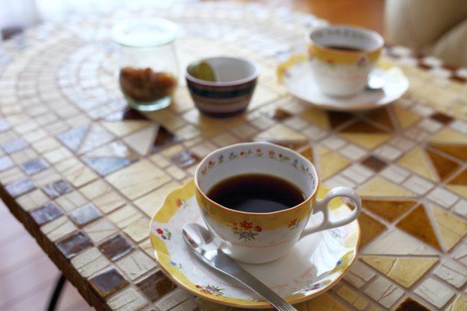 タイルテーブルとコーヒー