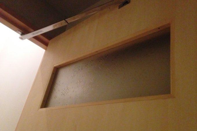 古ガラスを再利用したドア