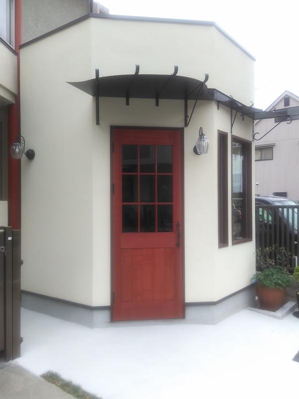 赤い扉の小さなショップ