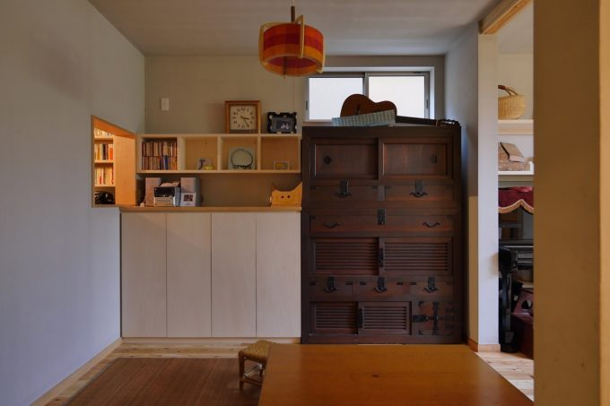 古い家具の定位置を決め、上部は高窓に。リビングダイニングで使うものを収納する壁面収納をぴったりサイズで設けました。