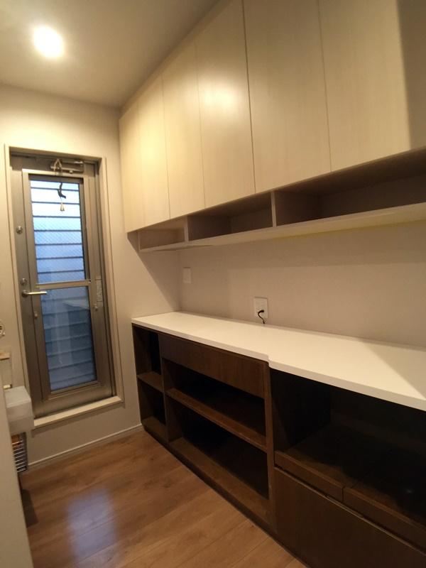 キッチンの横に設けた造作家具