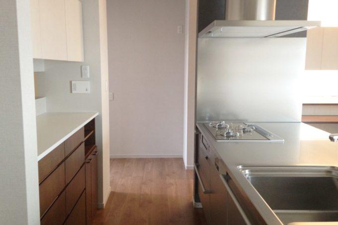 新築時には収納家具を設けなかったキッチンサイド