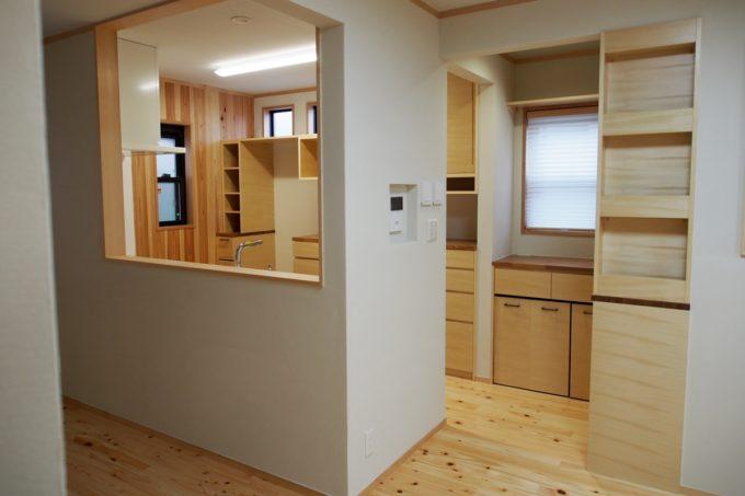 キッチン背面とキッチン入り口に大容量の収納を設けました