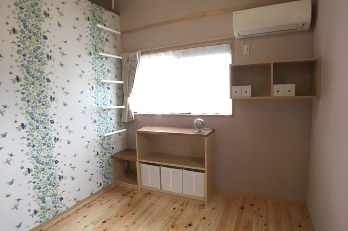 ピンクの壁とフィンレイソンのアクセント壁の女の子部屋