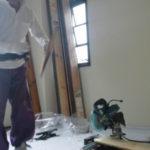 床材を切っています