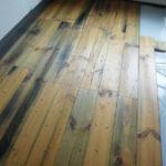 無垢の床板なので反りや隙に注意を