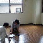 現調打ち合わせ中。床材の必要数やベンチサイズを決める。