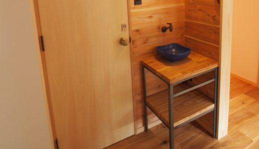 鉄のカウンターレッグの洗面台~建築主のこだわりの水まわり
