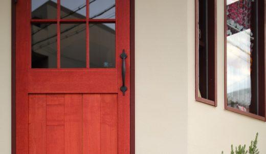 赤い扉がアクセントのちいさな雑貨店